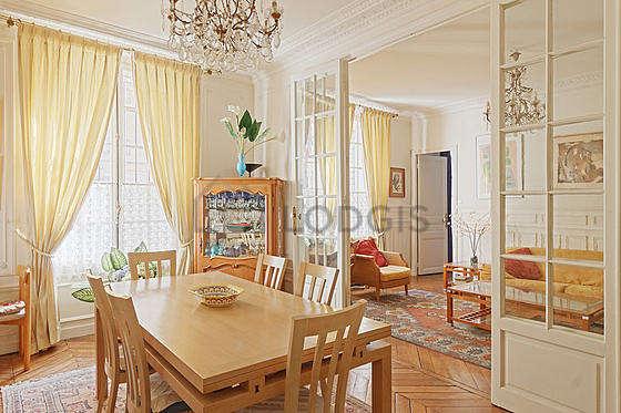 Salle à manger avec fenêtres donnant sur rue
