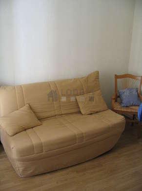 Séjour calme équipé de 1 canapé(s) lit(s) de 140cm, chaine hifi, 2 fauteuil(s)