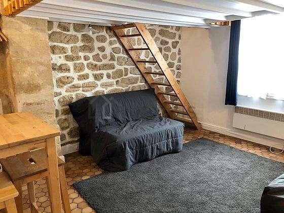 Salon lumineux équipé de téléviseur, penderie, placard, 6 chaise(s)