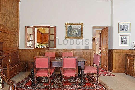 Salon lumineux équipé de 6 chaise(s)