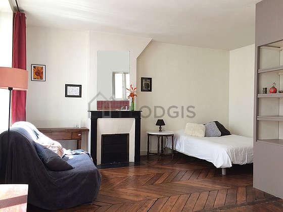 Living room of 15m² with wooden floor