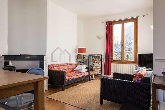 Séjour très calme équipé de téléviseur, chaine hifi, 1 fauteuil(s), 6 chaise(s)