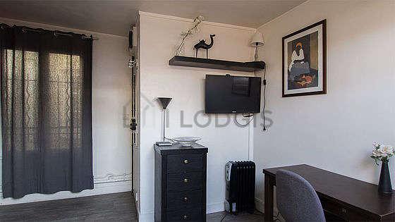 Salon de 12m² avec du parquet au sol