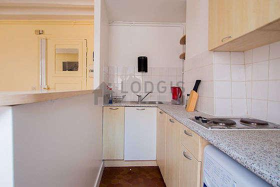 Belle cuisine de 4m²ouverte sur le séjour avec du carrelage au sol