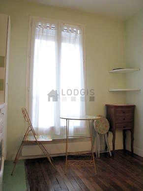 Séjour calme équipé de canapé, table basse, 2 chaise(s)