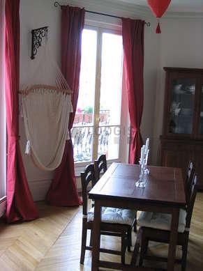 Salle à manger de 15m² équipée de table à manger, bibliothèque, cheminée