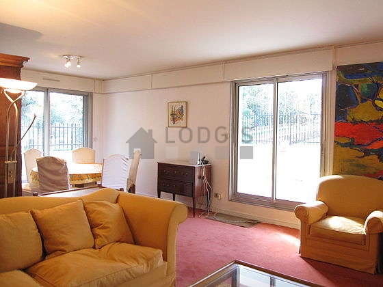Large living room of 30m² with the carpeting floor