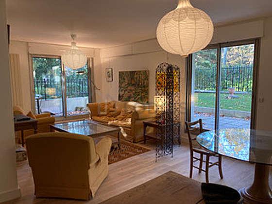 Séjour calme équipé de 1 canapé(s) lit(s) de 160cm, téléviseur, 2 fauteuil(s), 6 chaise(s)