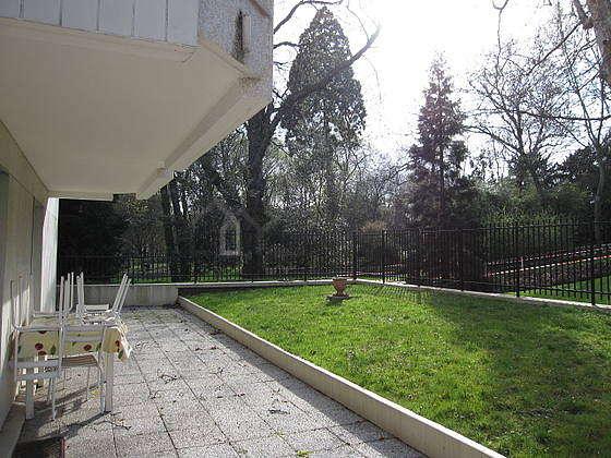 Terrasse exposée plein ouest et vue sur jardin