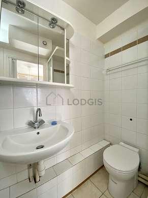Salle de bain équipée de lave linge, placard, sanibroyeur