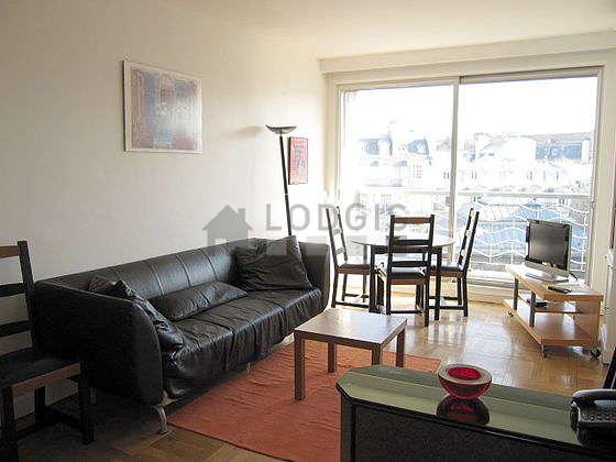 Séjour équipé de télé, penderie, placard, 6 chaise(s)