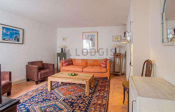 Grand salon de 20m² avec du carrelage au sol