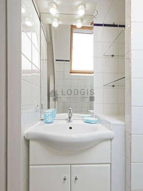 Belle salle de bain très claire avec fenêtres et du carrelage au sol