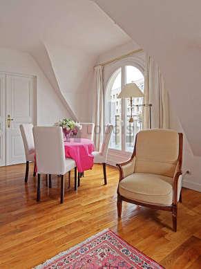 Séjour avec fenêtres double vitrage et balcon