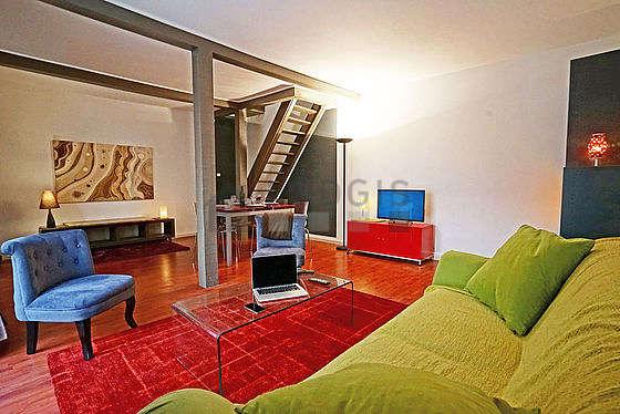 Séjour très calme équipé de 1 canapé(s) lit(s) de 140cm, télé, chaine hifi, 4 chaise(s)