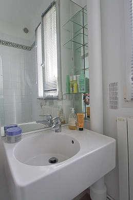 Agréable salle de bain très claire avec fenêtres et du parquet au sol