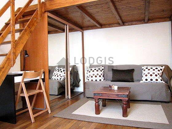 Séjour calme équipé de 1 canapé(s) lit(s) de 90cm, 1 lit(s) mezzanine de 140cm, téléviseur, penderie