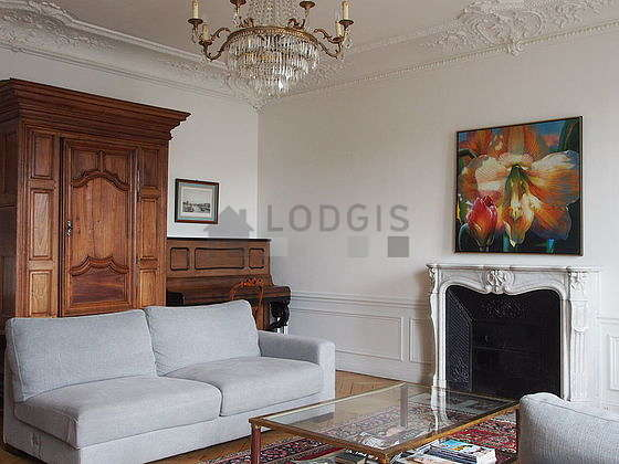 Large living room of 34m² with wooden floor