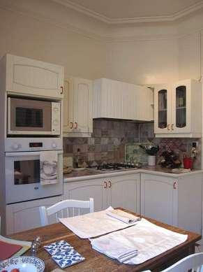 Belle cuisine de 13m² avec du carrelage au sol