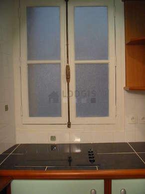 Belle cuisine de 2m² avec du carrelage au sol