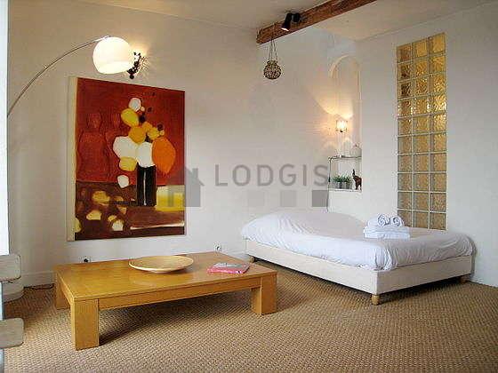Salon avec du coco au sol