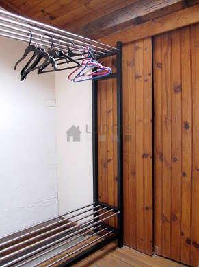 Mezzanine de 8m² sous belle hauteur de plafond avec du parquet au sol