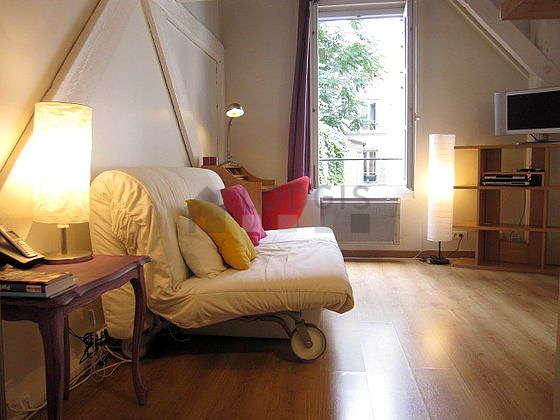 Séjour très calme équipé de 1 canapé(s) lit(s) de 140cm, télé, lecteur de dvd, 1 chaise(s)