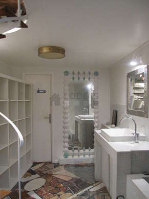 Belle salle de bain avec du dallage au sol
