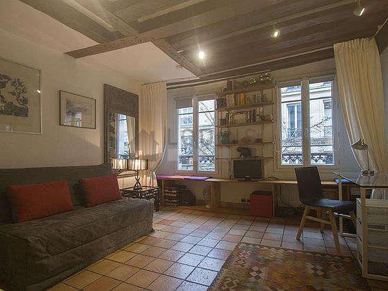 Salon de 19m² avec du carrelage au sol