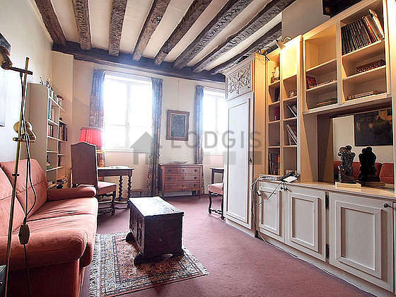 Grand salon de 26m² avec la moquette au sol