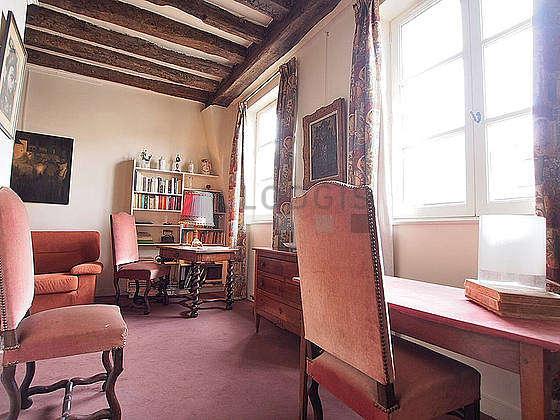 Salon équipé de 4 chaise(s)