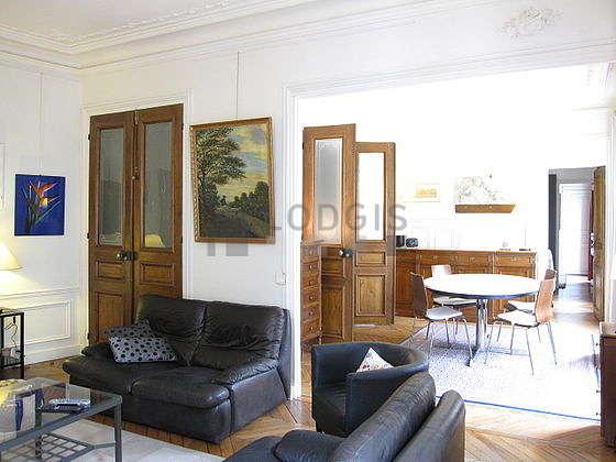 Séjour calme équipé de téléviseur, chaine hifi, 3 fauteuil(s)