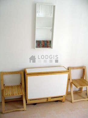 Séjour calme équipé de 1 canapé(s) lit(s) de 140cm, table à manger, penderie, placard
