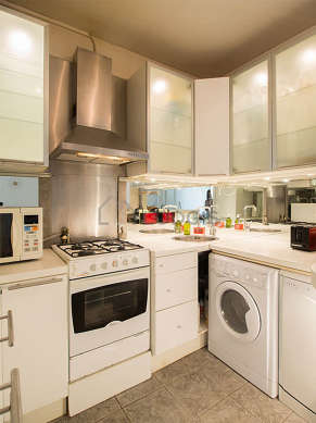 Kitchen where you can have dinner for 2 person(s) equipped with dishwasher, refrigerator, crockery, stool