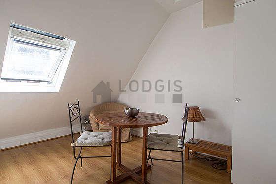 Salon de 11m² avec du parquet au sol
