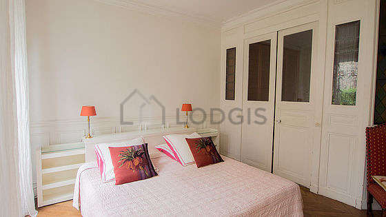 Large bedroom of 20m² with the carpeting floor