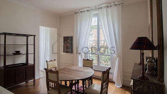 Superbe salle à manger avec de la moquette au sol pouvant accueillir jusqu'à 4 convives