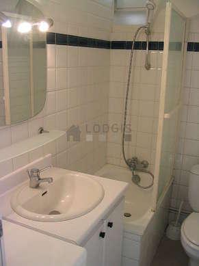 Belle salle de bain avec fenêtres et du linoleum au sol