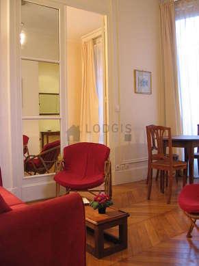 Séjour très calme équipé de 1 canapé(s) lit(s) de 120cm, 2 fauteuil(s), 4 chaise(s)