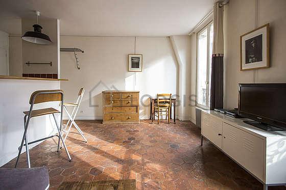 Salon de 17m² avec du carrelage au sol
