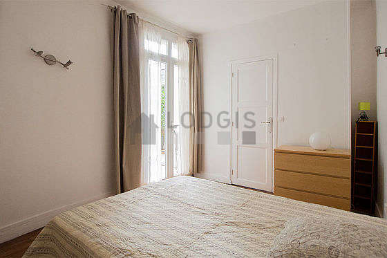 Chambre très lumineuse équipée de téléviseur, 1 fauteuil(s), table de chevet