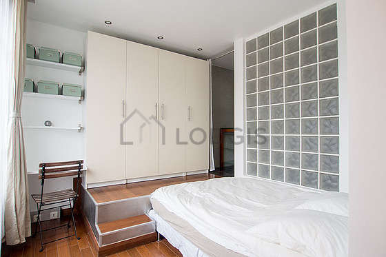 Bedroom of 6m² with wooden floor