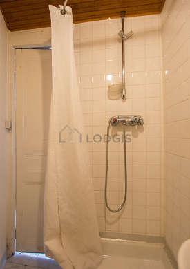 Salle de bain équipée de etagère, sanibroyeur