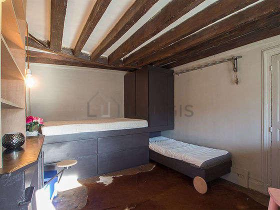 Salon de 18m² avec des tomettes au sol