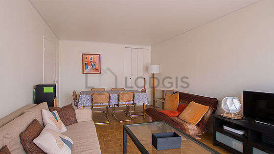 Large living room of 29m² with wooden floor