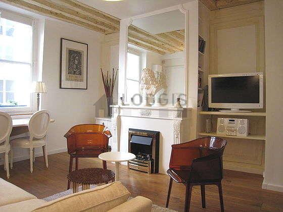 Salon équipé de 2 fauteuil(s), 2 chaise(s)