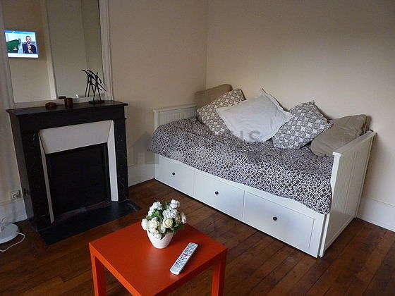 Séjour très calme équipé de 1 canapé(s) lit(s) de 140cm, téléviseur, lecteur de dvd, armoire