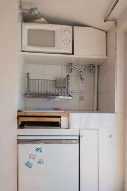 Cuisine dînatoire pour 3 personne(s) équipée de plaques de cuisson, réfrigerateur, vaisselle