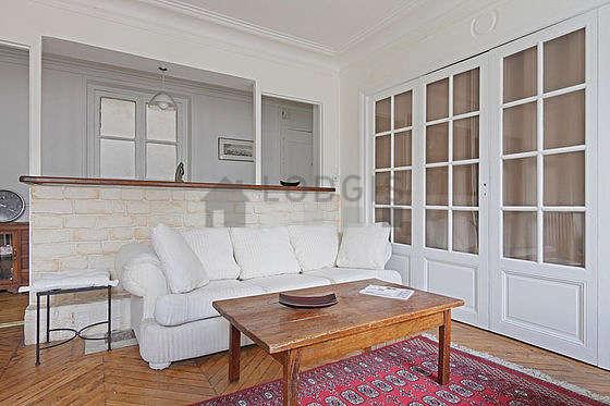 Séjour calme équipé de téléviseur, chaine hifi, 3 chaise(s)