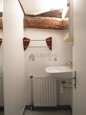 Salle de bain équipée de etagère